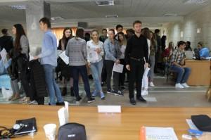 studenti in rand pentru a dona